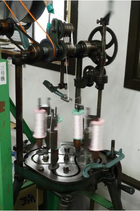 中通し糸を撚る自動機械