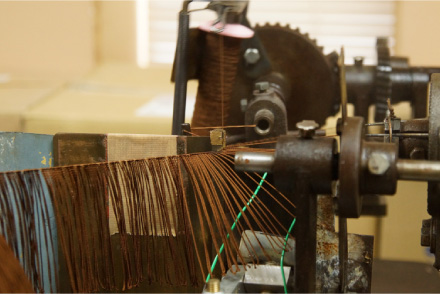 撚り糸から撚り房を作る機械(撚り返し機)