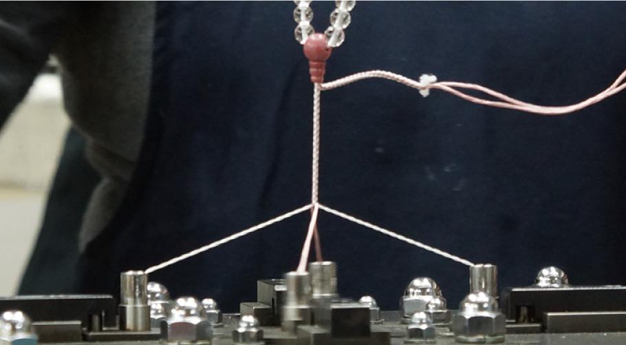 社内工房に多数導入されている軸編みの自動機
